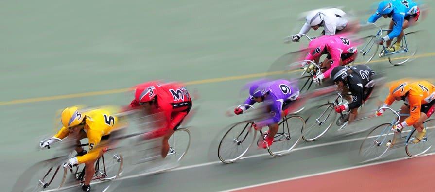 競輪の周回予想は重要で、選手は常に駆け引きをしながらレースに挑んでいる